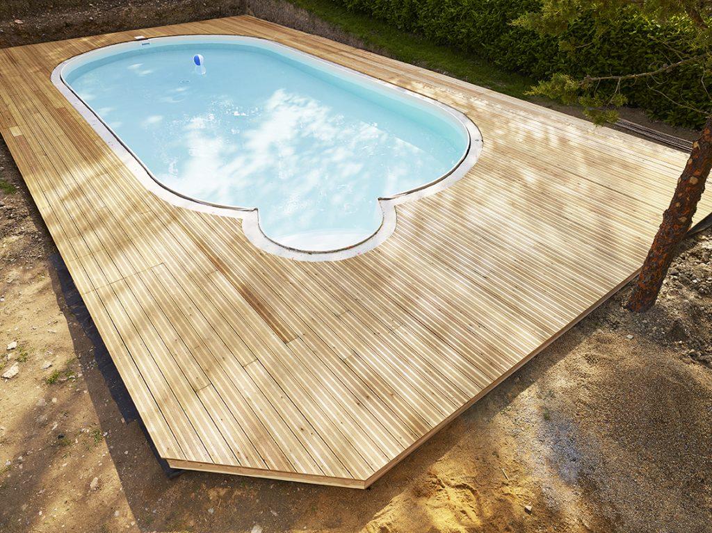 Terrasse en m l ze tour de piscine artisan menuisier for Piscine coque polyester loire atlantique