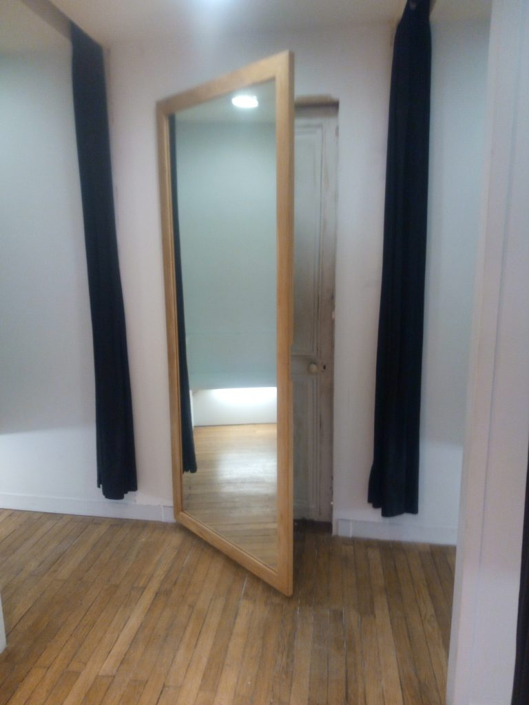 miroir a accrocher sur porte maison design. Black Bedroom Furniture Sets. Home Design Ideas